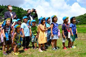★初めて放水を見て驚く子ども達と梅田町長と増永県議(山都みらい保育園)