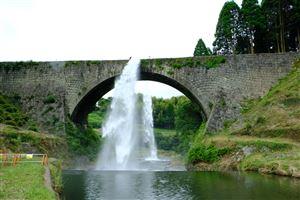 ★約4年ぶりの放水を行う通潤橋(熊本県山都町)